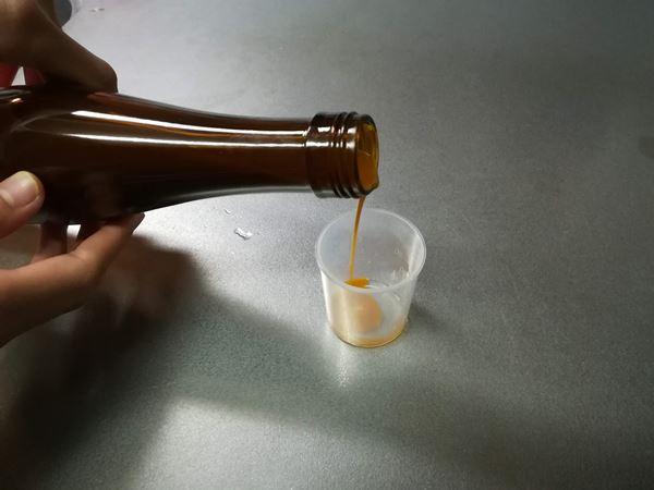 豊潤サジーを計量カップに入れている写真