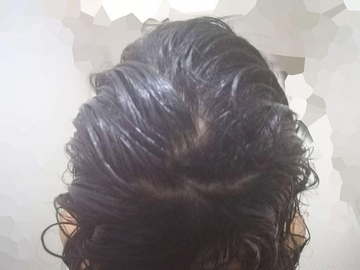 KAMIKAを髪に塗り広げたところ