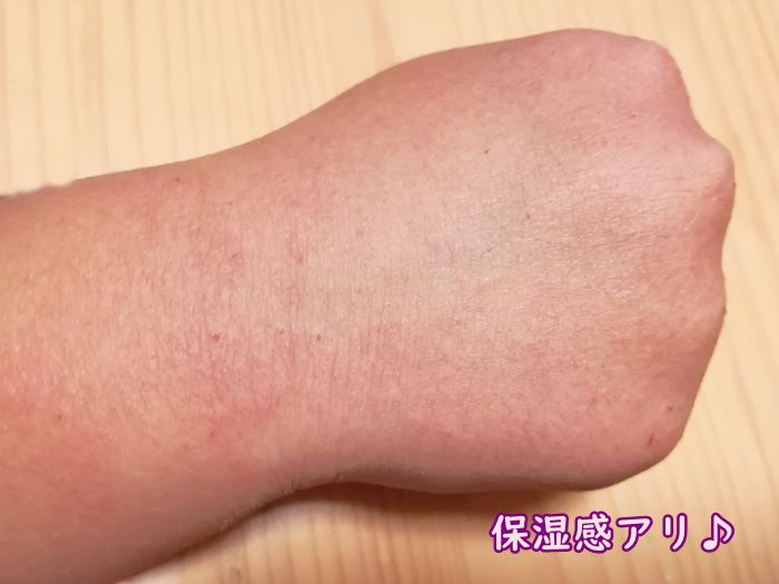 BABY BORN FACE&BODY MILKを手の甲に塗った後の状態の写真