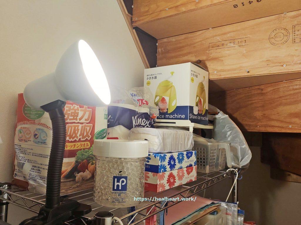 階段下収納に消臭ビーズを置いている写真