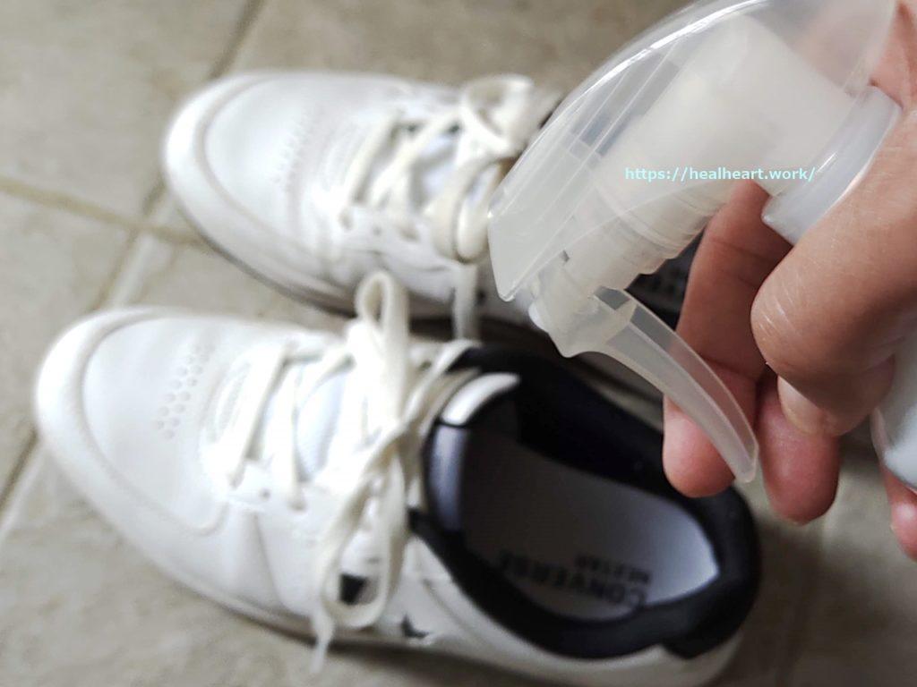 ニオイの発生源になっている靴に除菌消臭ミストを使っている写真
