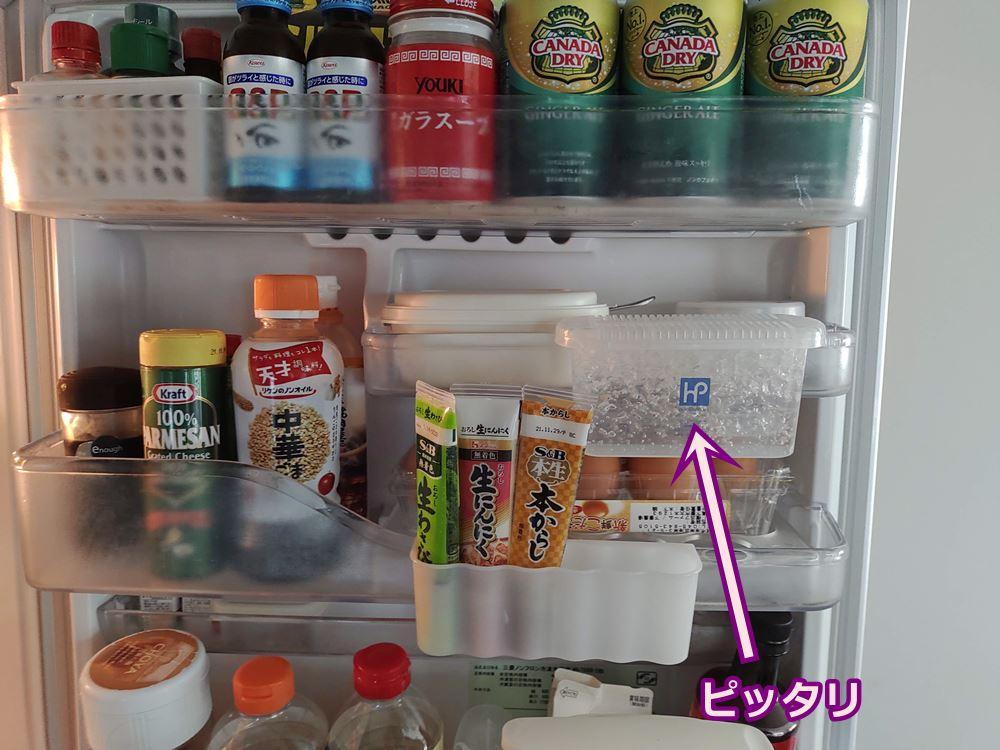冷蔵庫の保管棚に消臭ゲルをひっかけている写真